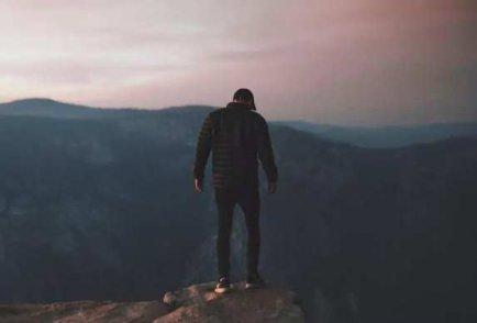 你想跳跃悬崖,就不要凝视深渊太久!